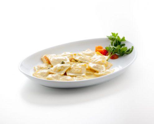 Ravioli di branzino con gamberetti , zucchine e zafferano