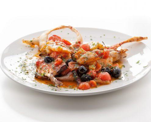 Coda di rospo al forno con patate, pomodorini e olive