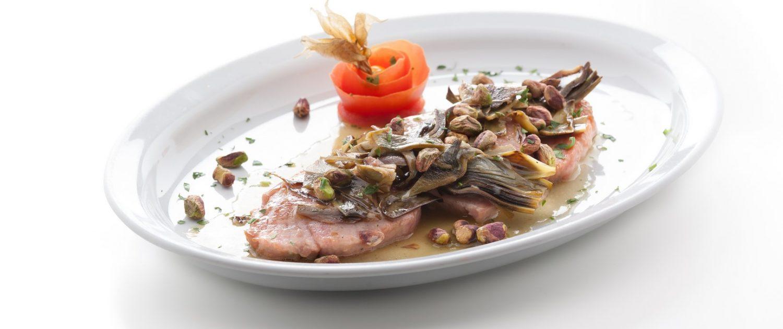 Tonno in padella con carciofi e pistacchio